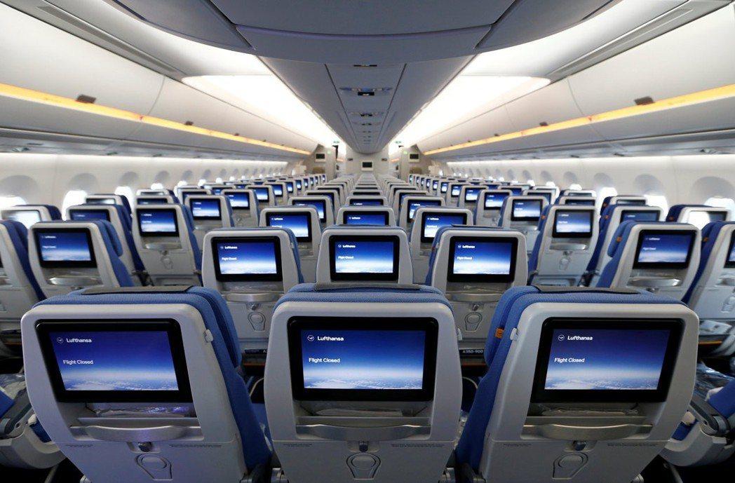 航空公司會利用機艙照明,幫旅客調整生理時鐘。 (路透)