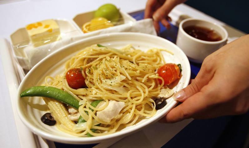 有網友詢問搭機前選擇哪一種特別餐比較專業,網友紛紛力推伊斯蘭餐點。照片為飛機餐示意圖,並非伊斯蘭餐點。 路透