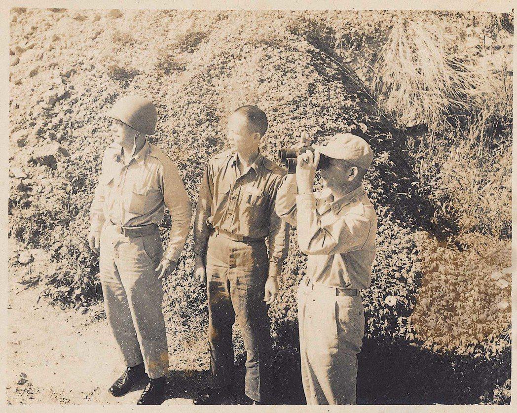 砲戰期間,胡璉(右起)、劉鼎漢、胥立勛(41師長)在金門視察防務。 圖/劉國青提...