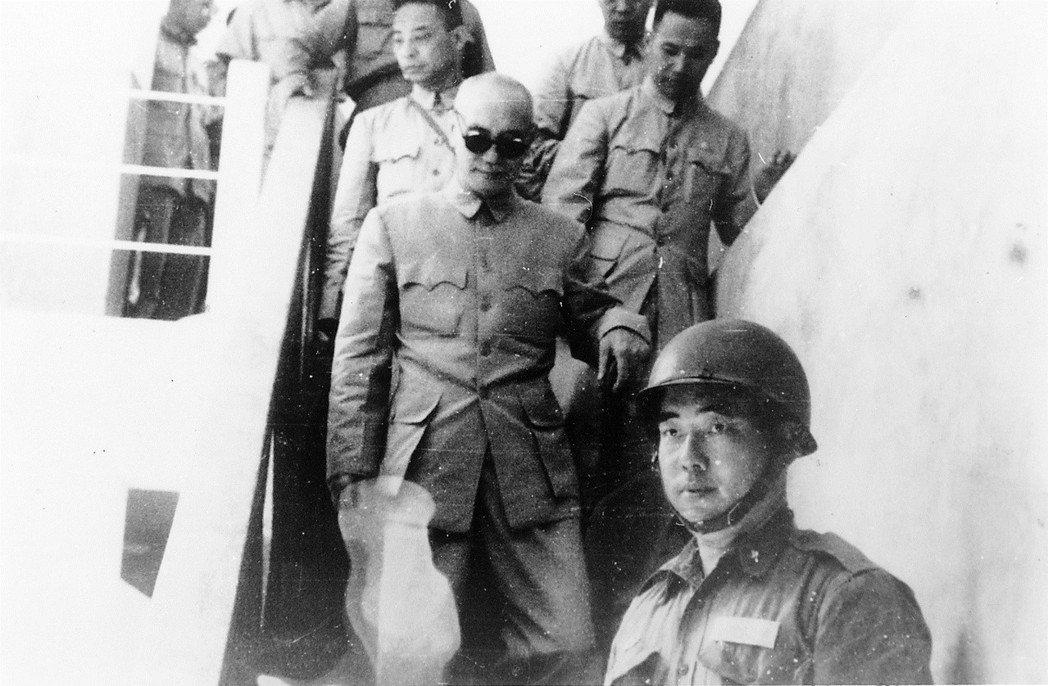 民國47年8月20日,台海局勢緊張,蔣中正總統到小金門巡視,前方是郝柏村,三天後...