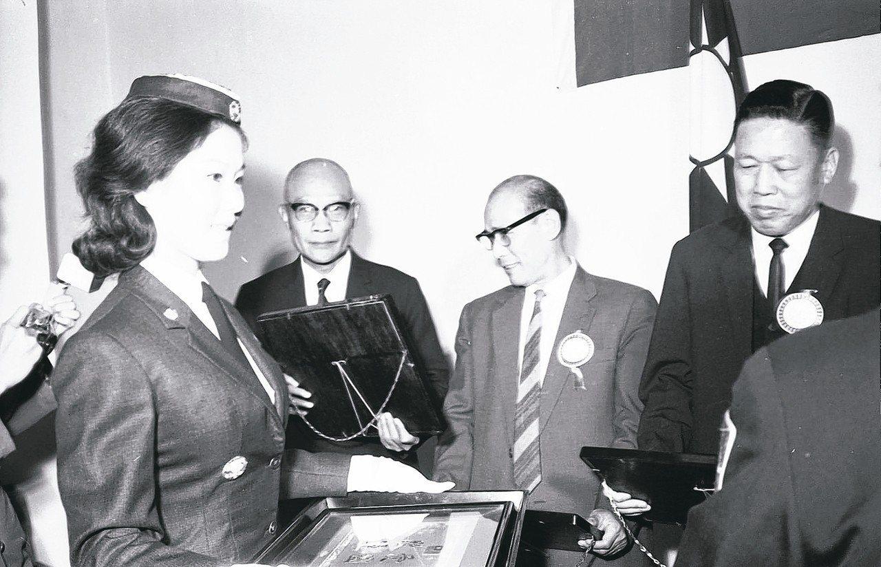 1964年婦聯會及軍友社表揚勞軍捐出力人員。 圖/聯合報系資料照片