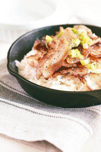 鹽麴豬五花蒜香拌飯 照片/幸福文化提供