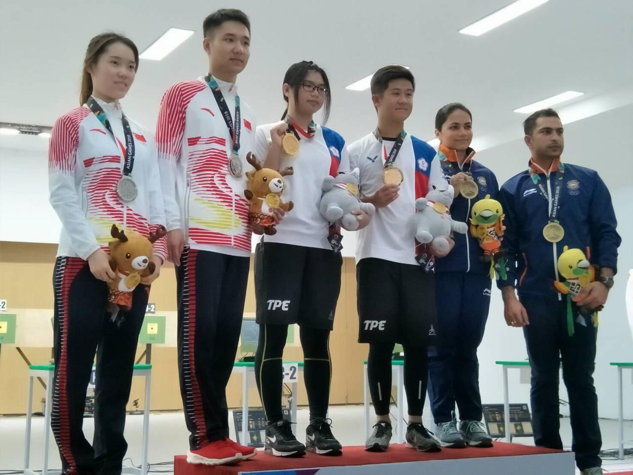 林穎欣(左三)、呂紹全(右三),寫下台灣在亞運史上開幕隔天就拿金牌的紀錄。 中華...