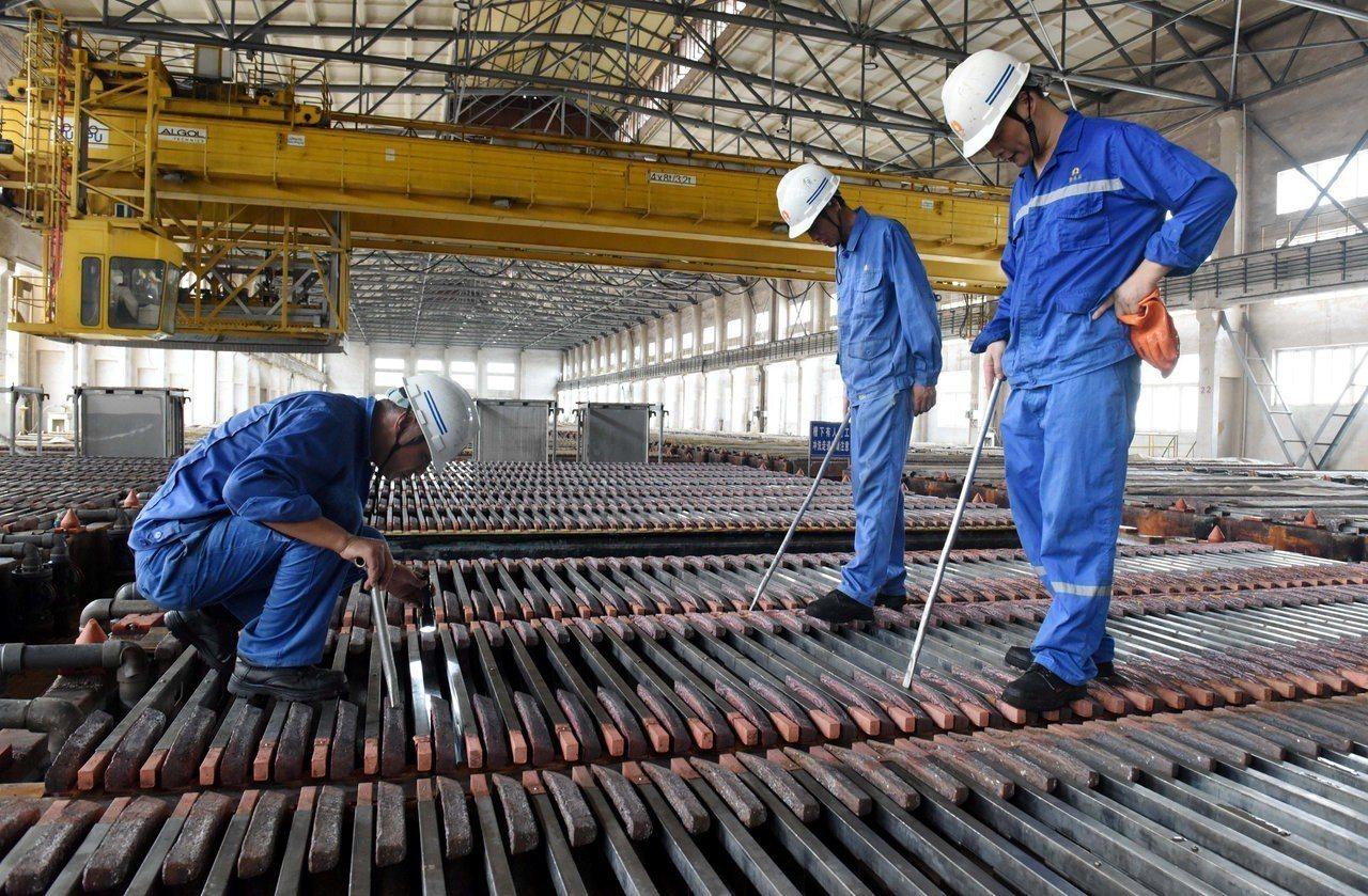 圖為工人在銅工廠中檢查。 路透社