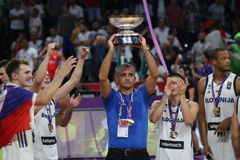 斯洛維尼亞在2017歐錦賽贏得冠軍,總教練科科斯柯夫(中)帶兵頗有一套,成為太陽...