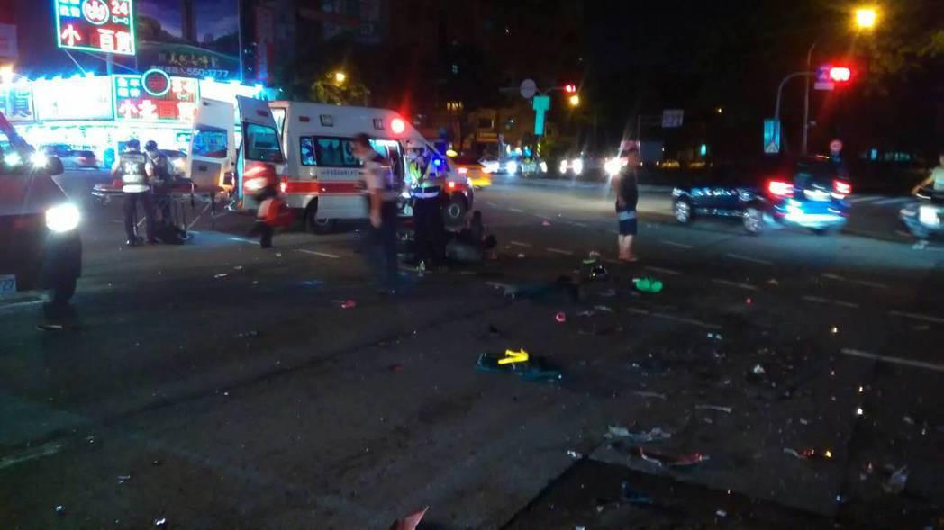 高市鼓山區中華路與美明路口18日深夜10點半發生計程車與機車車禍事故。記者劉星君/翻攝