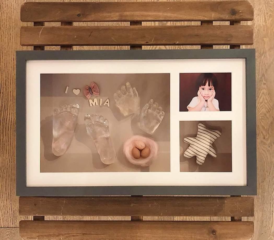 方志友、楊銘威幫女兒做手腳模。圖/摘自臉書