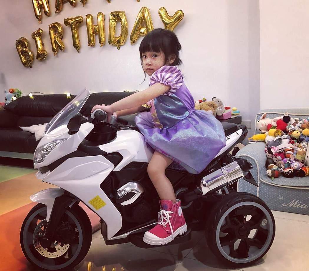 Mia穿公主裝帥氣騎車。圖/摘自臉書