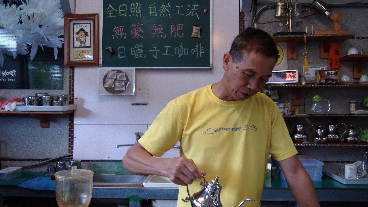田定宏研究咖啡16年。記者謝恩得/攝影