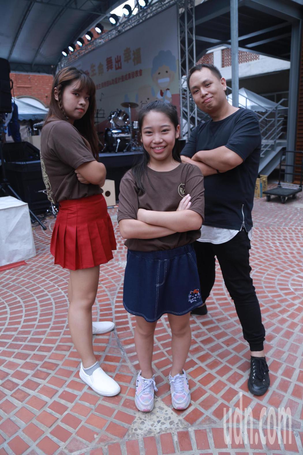 舞蹈老師謝發丞(右)本身曾是家扶中心孩子,現在有能力用一技之長分享所學。記者郭宣...