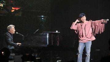 JJ林俊傑的「聖所」世界巡演來到新加坡的第3場,他說自己總喜歡去挑戰那些有難度、甚至不可能完成的事,所以來到新加坡第3場,他特地準備特別了「輸了你贏了世界又如何」這首歌,因為在這之前,JJ改編翻唱的...