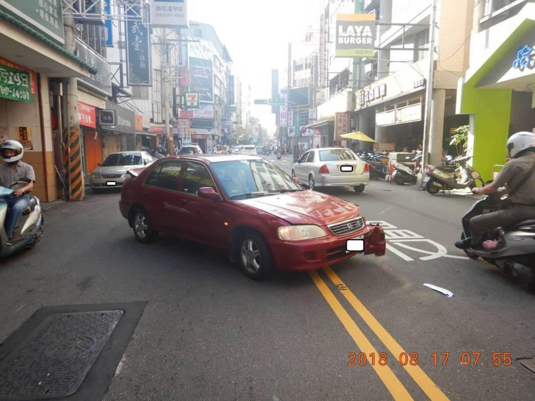 台中警方處理機車和轎車擦撞車禍。圖/警方提供