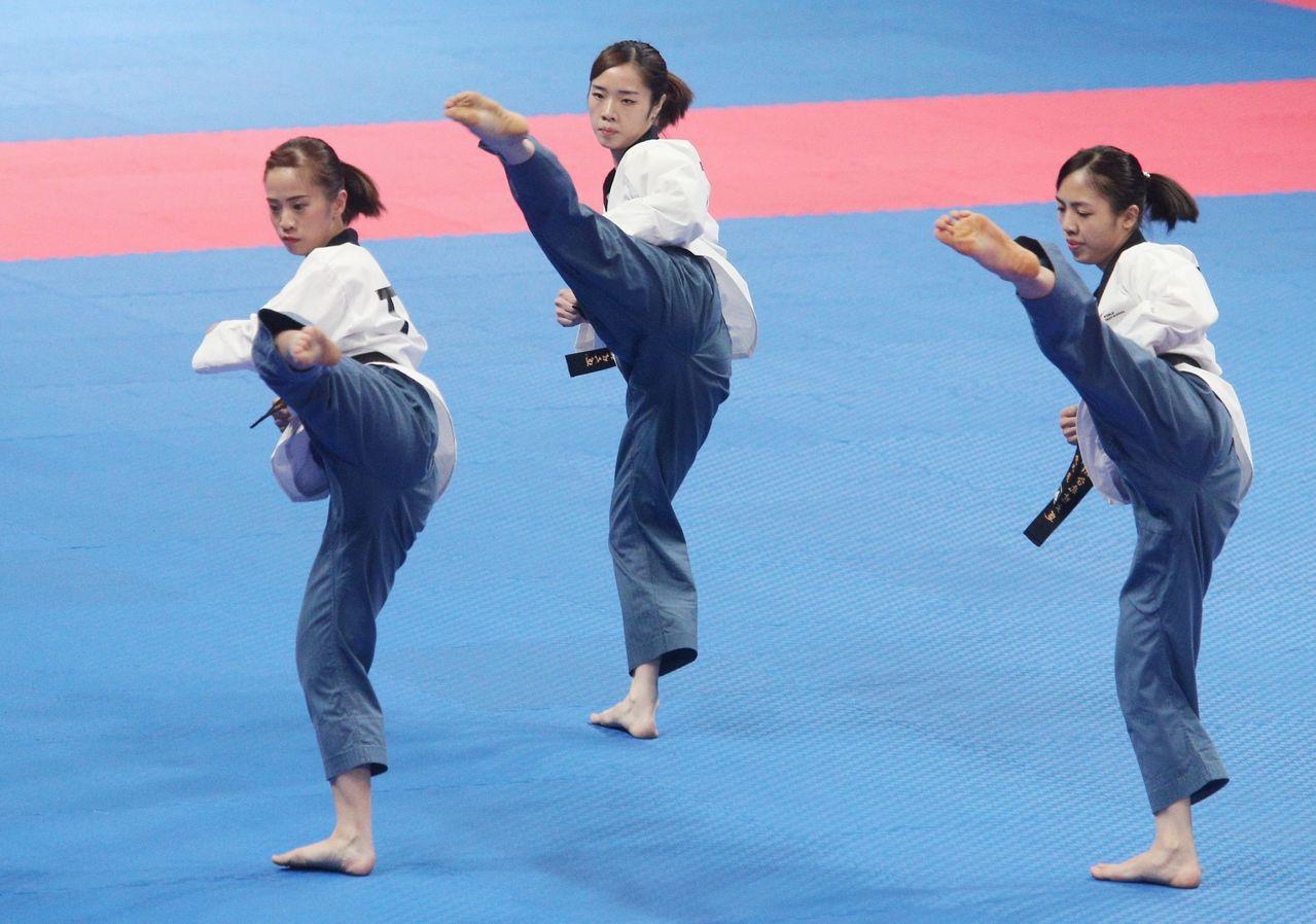 陳以瑄、陳湘婷、林侃諭組成的女團在八強戰擊敗尼泊爾。特派記者陳正興/攝影