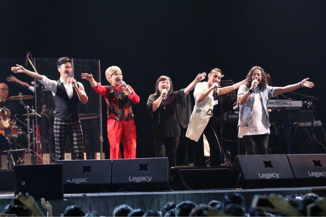 黃小琥(左二)台中開唱,找來鄭怡(右三)當嘉賓。圖/星光娛樂提供