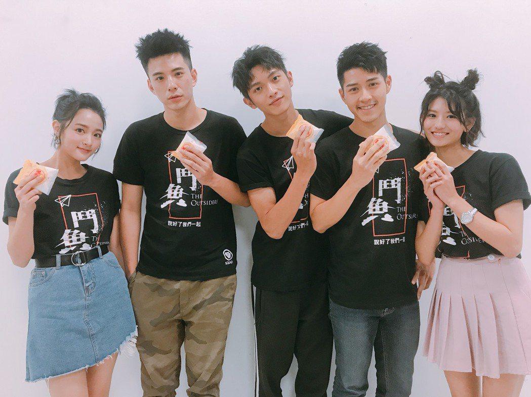 「鬥魚」演員群前往台中參加造勢活動,左起為王淨、林柏叡、林輝瑝、吳岳擎以及虹茜。