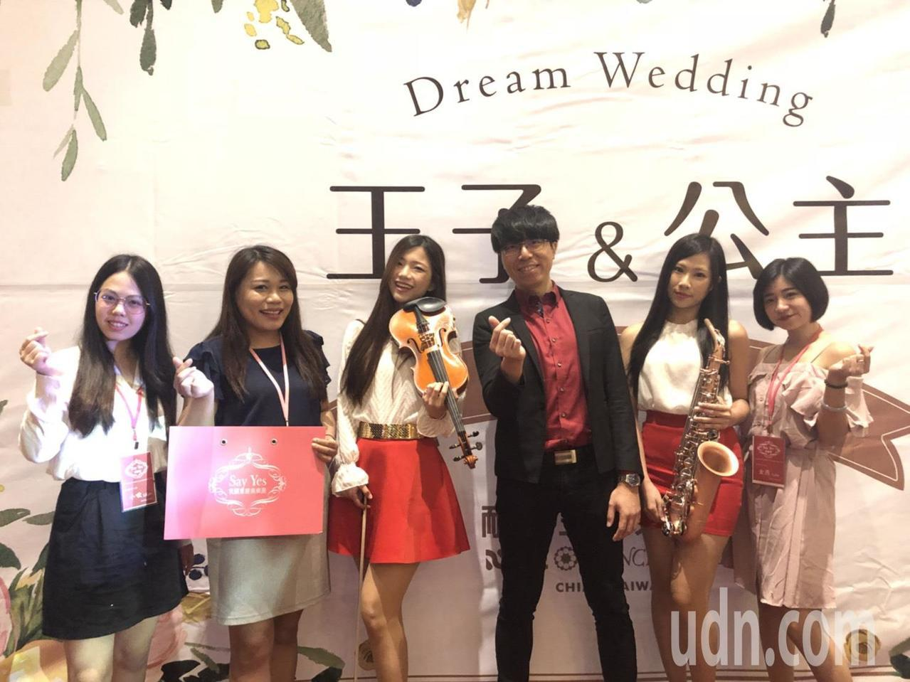 「Say yes我願意樂團」總監賴延鑫(右三)說,時下浪漫婚禮少不了樂團演奏,許...