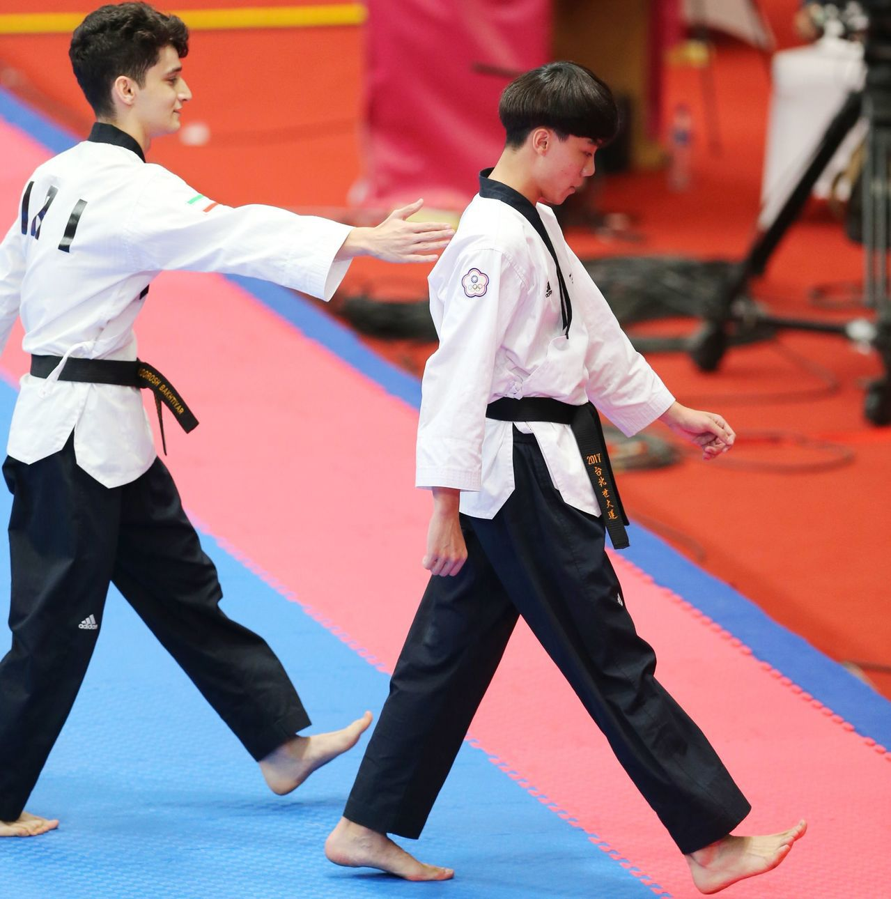 中華跆拳代表隊陳靖(右)在品勢男子個人項目以些微分差敗給伊朗選手,拿下銅牌。特派...