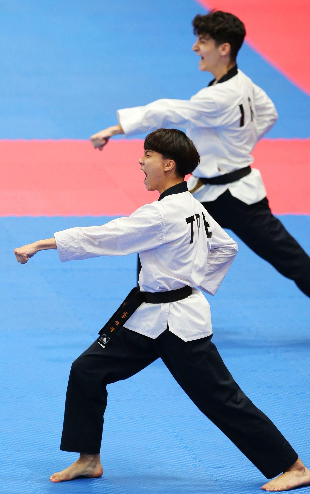 中華跆拳代表隊陳靖(前)在品勢男子個人項目以些微分差敗給伊朗選手,拿下銅牌。特派...