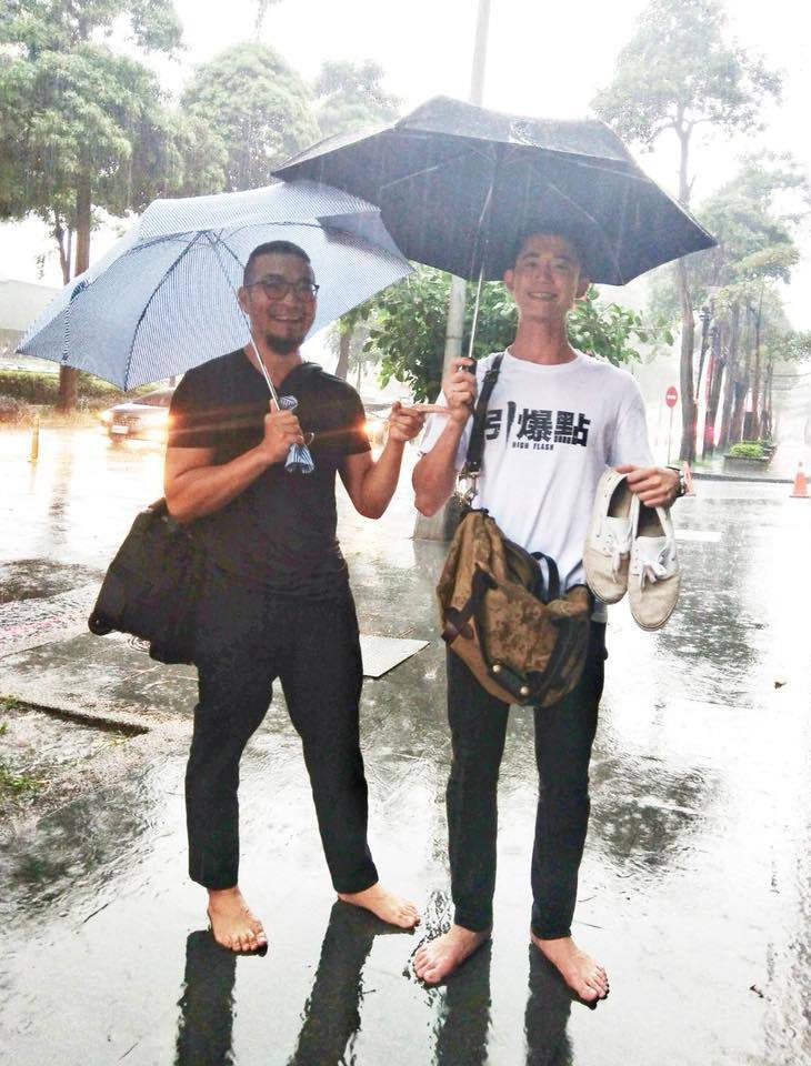 吳慷仁(右)宣傳遇大雨,脫鞋子跑宣傳。圖/摘自吳慷仁臉書