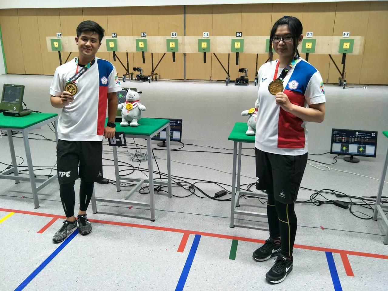呂紹全(左)、林穎欣(右)奪得亞運10公尺空氣步槍混合團體金牌。 圖/中華奧會提...