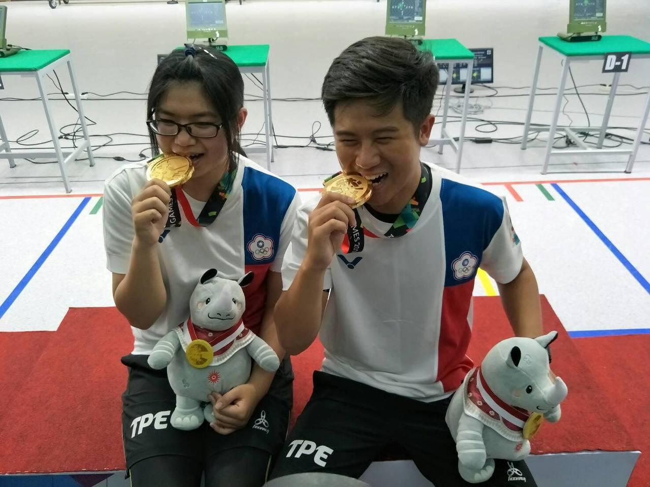 呂紹全(右)、林穎欣(左)奪得亞運10公尺空氣步槍混合團體金牌。 圖/中華奧會提...