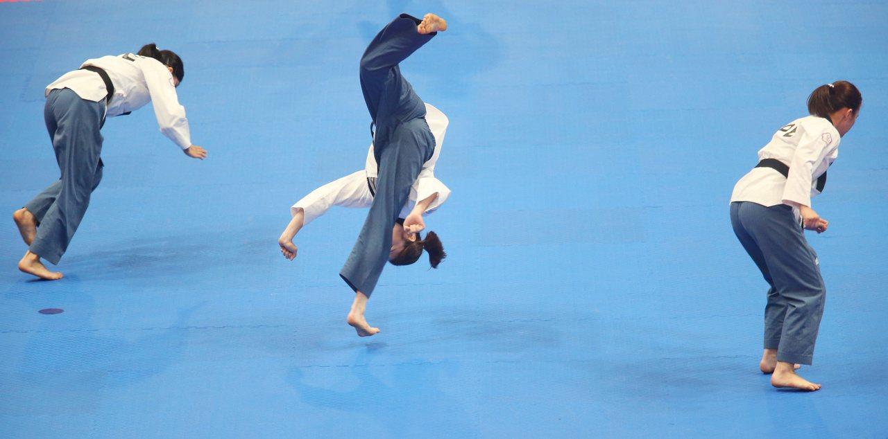 雅加達亞運,跆拳道品勢女子團體,我國選手空翻飛踢,落地不穩,輸給泰國,獲得銅牌。...