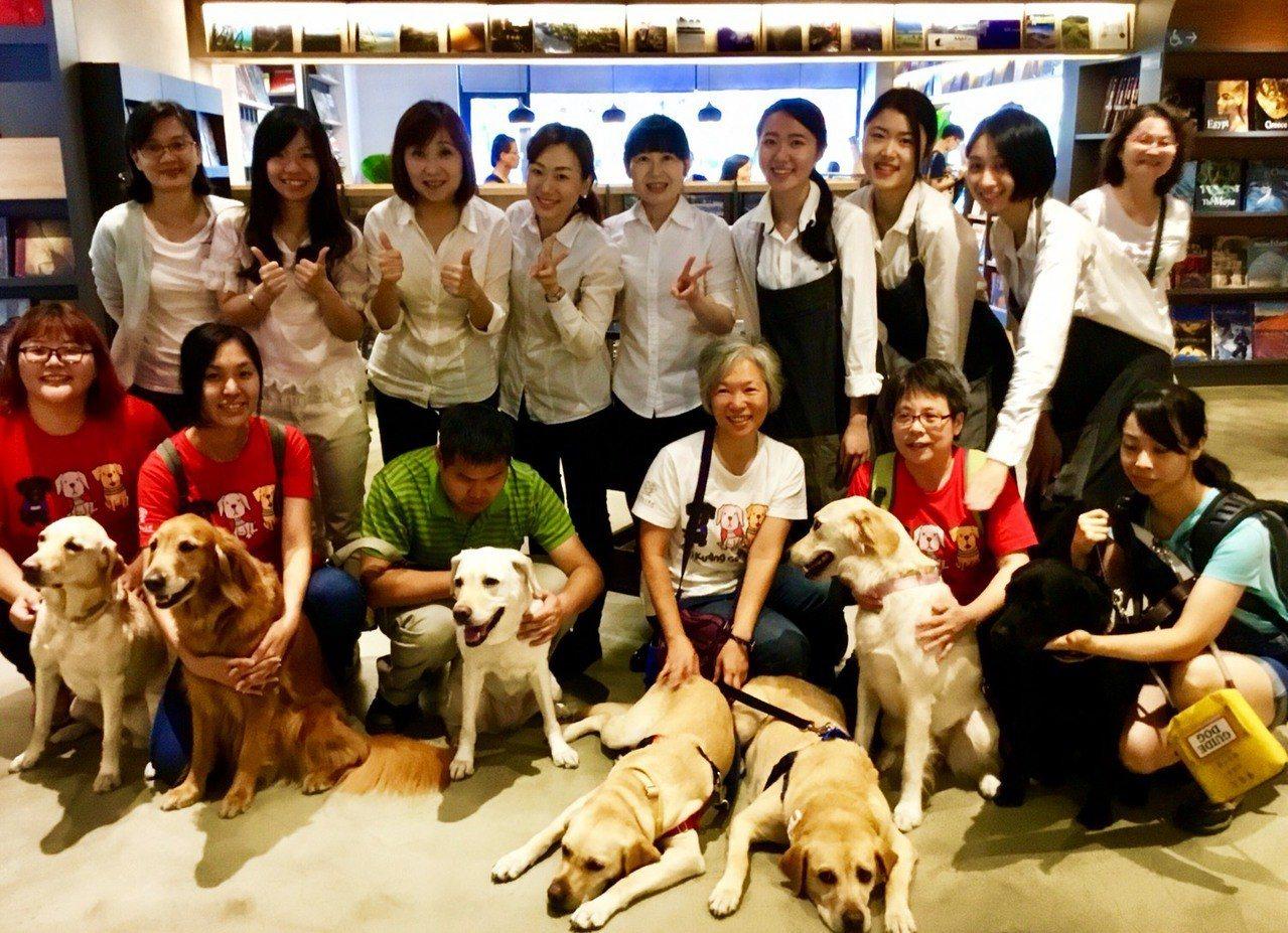 益品書屋今天有7隻導盲犬出席視障朋友與寄養家庭志工的聚會。圖/益品書屋提供