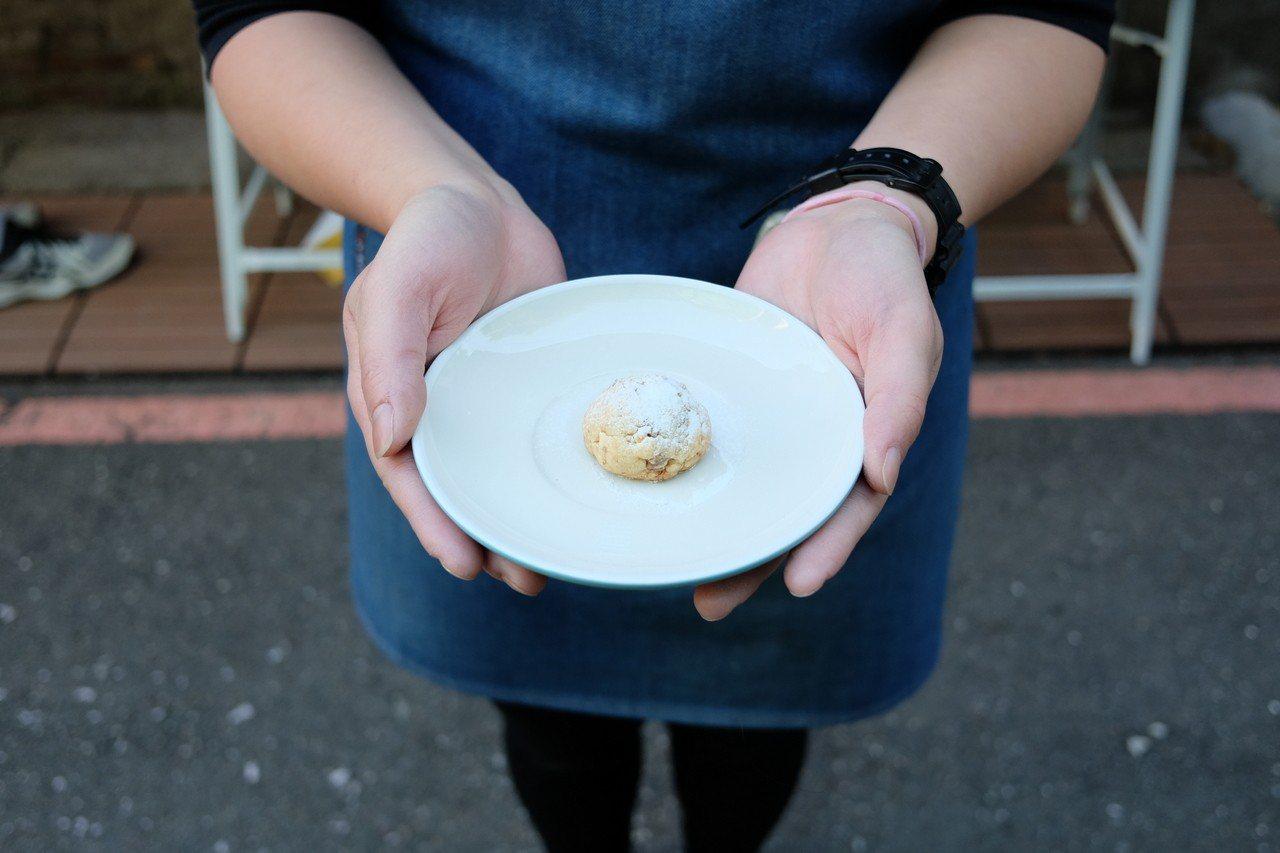 阿葛招待的小圓餅。記者黃仕揚/攝影