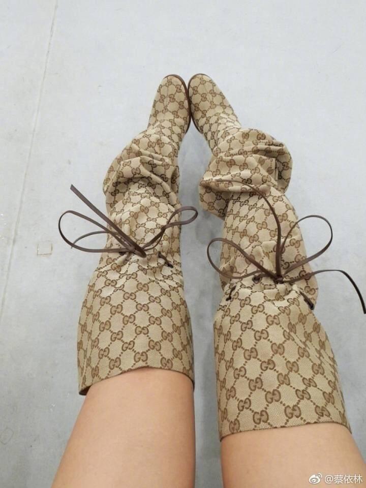 蔡依林的Gucci靴,乍看颇像粽子。 图/摘自微博