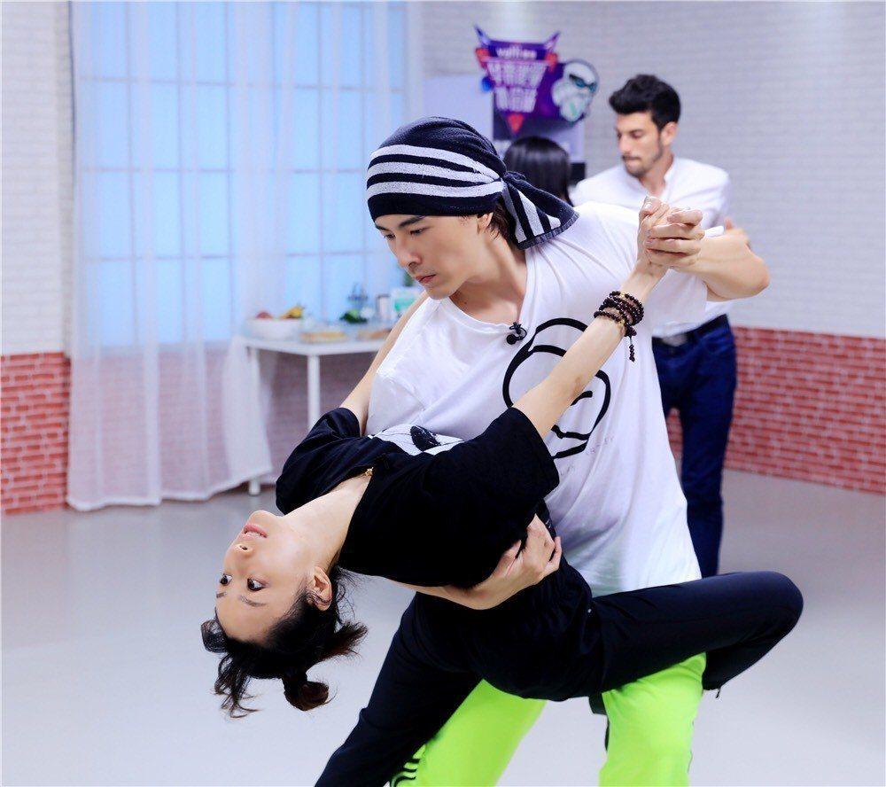 鄭元暢為上「新舞林大會」節目練國標舞。圖/M.I.E最大國際娛樂提供