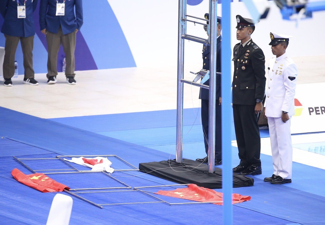男子200公尺自由式頒獎發生國旗掉落意外。特派記者余承翰/雅加達攝影