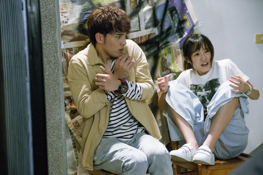 偉晉、吳心緹在戲裡一起看鬼片,又愛看又害怕的模樣。圖/華視提供