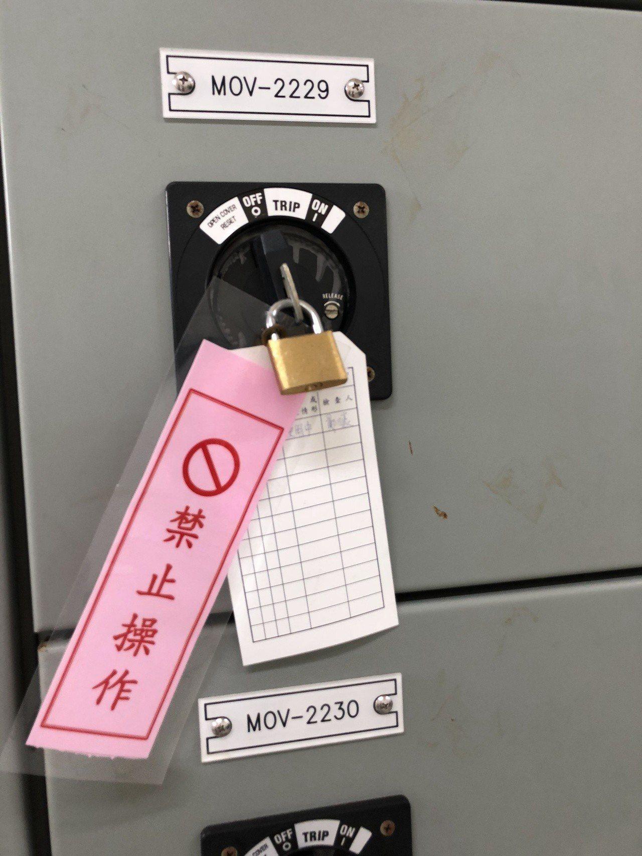 大潭計量站的電腦機房也被「鎖上加鎖」,減低誤關的機率。記者高詩琴/攝影