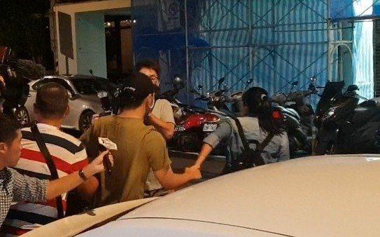 鹿希派被經紀人抓離現場。記者李姿瑩/攝影