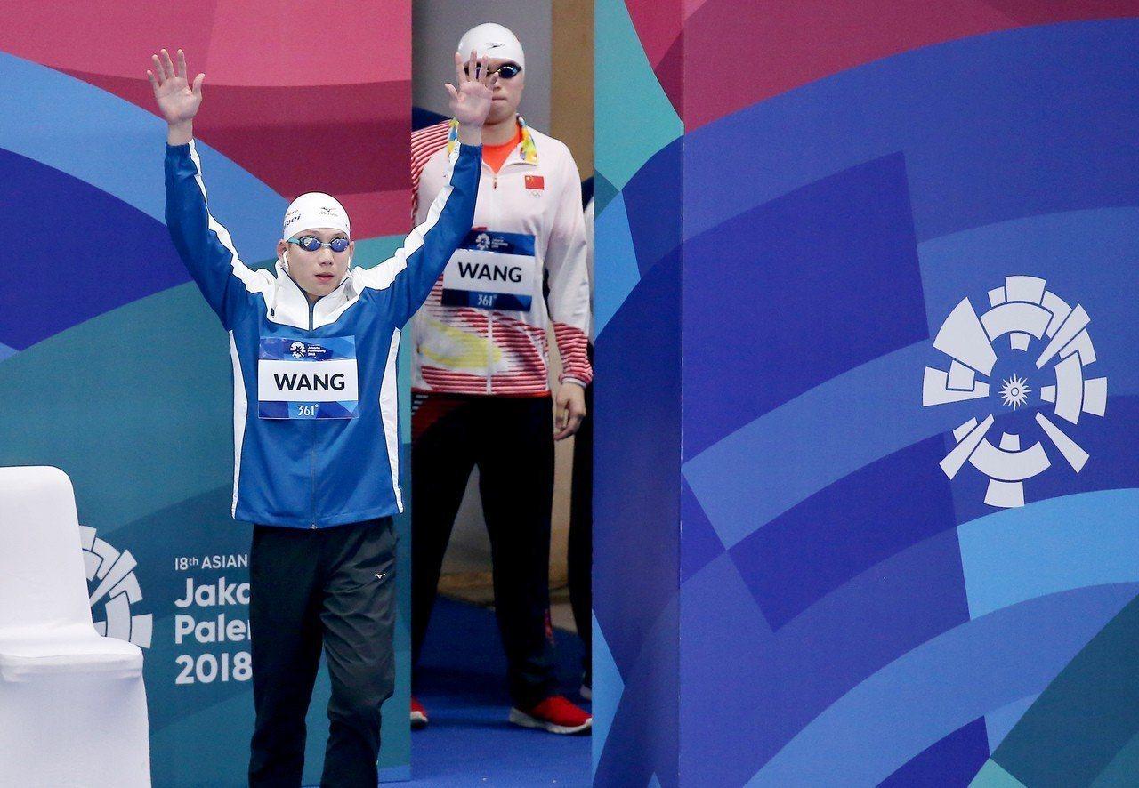 王冠閎首度當亞運國手就在男子蝶式200公尺游進決賽,出場高舉雙手和觀眾打招呼。特...