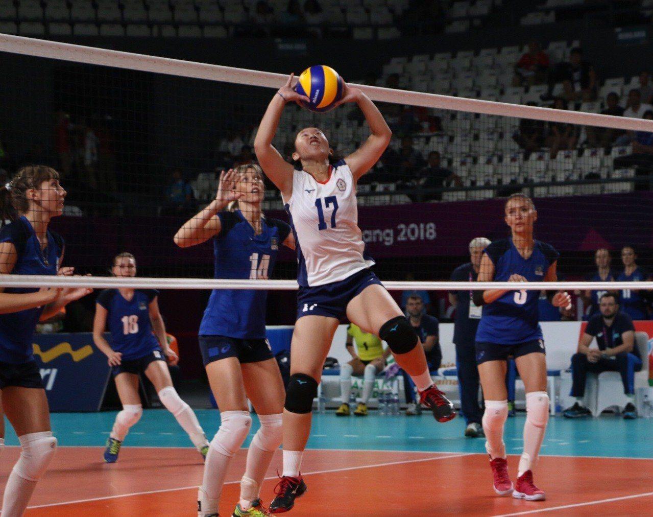 中華女排隊張妤嘉跳舉球給隊友製造進攻機會。台體實習記者藍妍琦/雅加達攝影