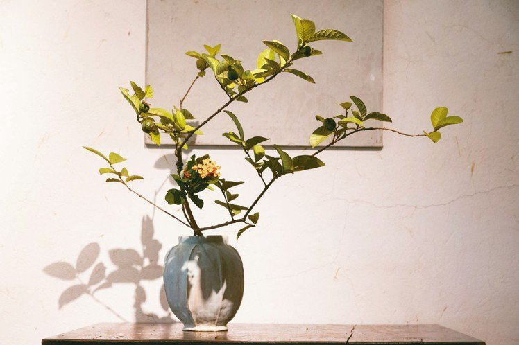 上野雄次透過花道,表現生存帶來的美感。攝影/陳立凱
