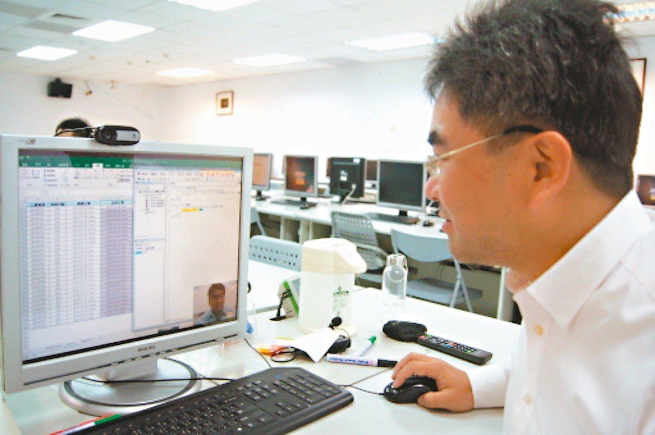 東吳中文所博士吳清輝自學程式設計,畢業後轉行到資訊科技業,並在元智大學兼課,教中...