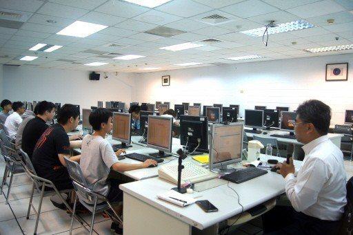 元智、北科大、北醫等大學都已將程式設計列全校必修課程,圖為元智中語系一年級學生上...