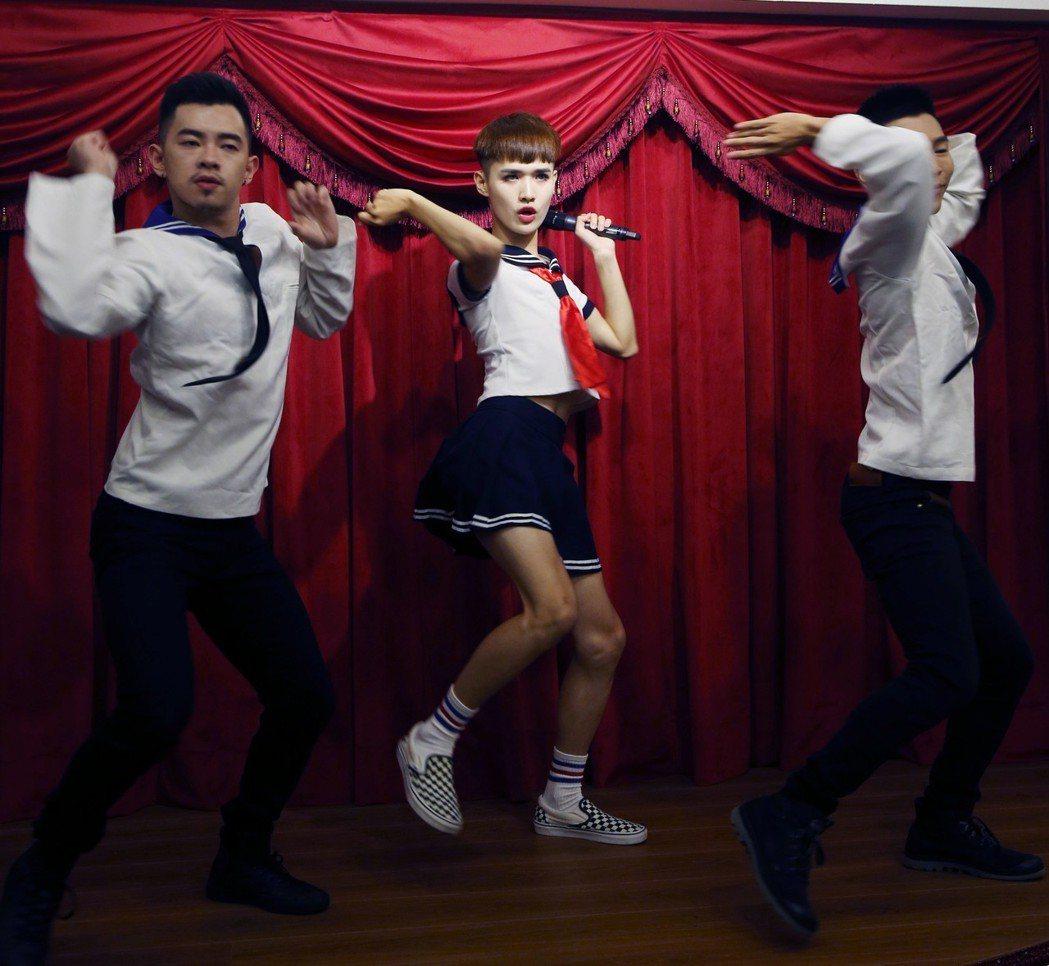 「煎熬弟」鍾明軒MV新歌舉行發表記者會,鍾明軒(中)和伴舞表演了一段現場歌舞秀。...