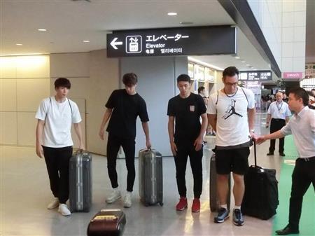 4名日本亞運藍球選手抵達成田機場大廳時,謝罪道歉。 擷自網路