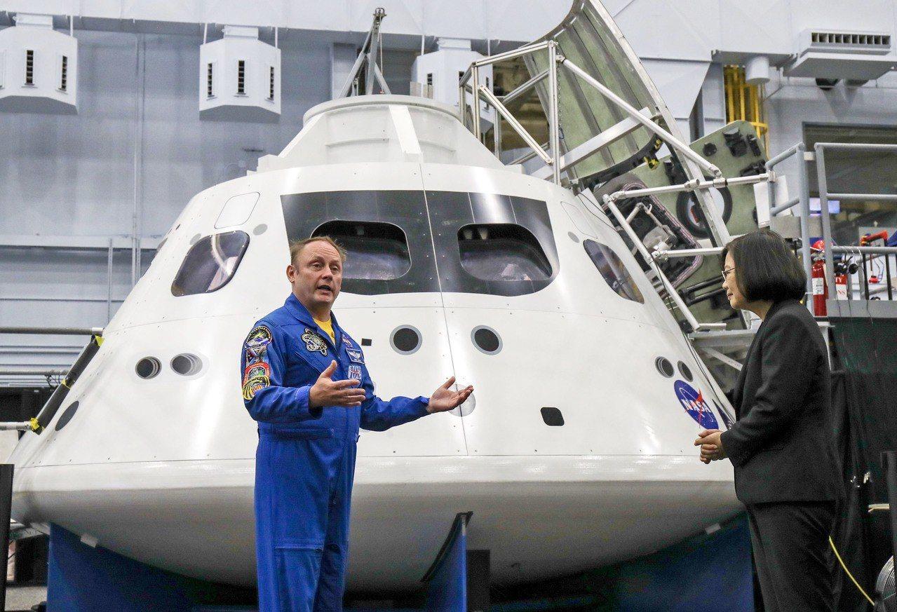 總統蔡英文(右)19日赴美國國家航空暨太空總署(NASA)所屬詹森太空中心(Jo...