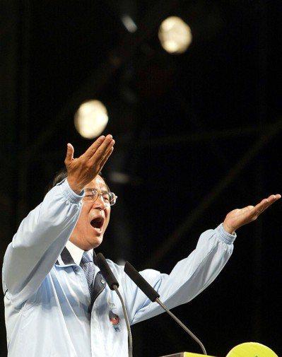 陳水扁喜歡開福利支票,首度競選總統就表示要發老人年金。 圖/聯合報系資料照片