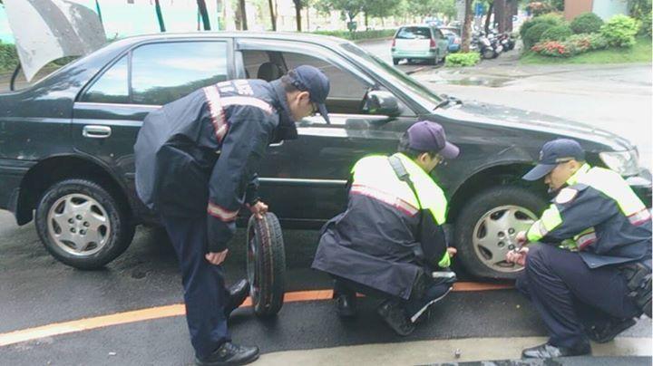 中古車較易拋錨,車主可自行加保「道路救援險」。 圖/警政署提供