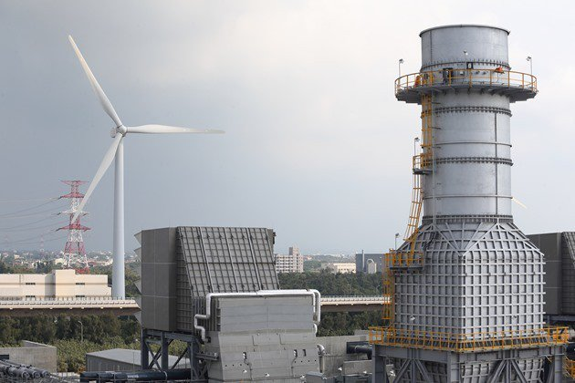 台灣目前最大的天然氣發電廠位於桃園大潭,政府預計在距離4公里外的觀塘工業區,建造...