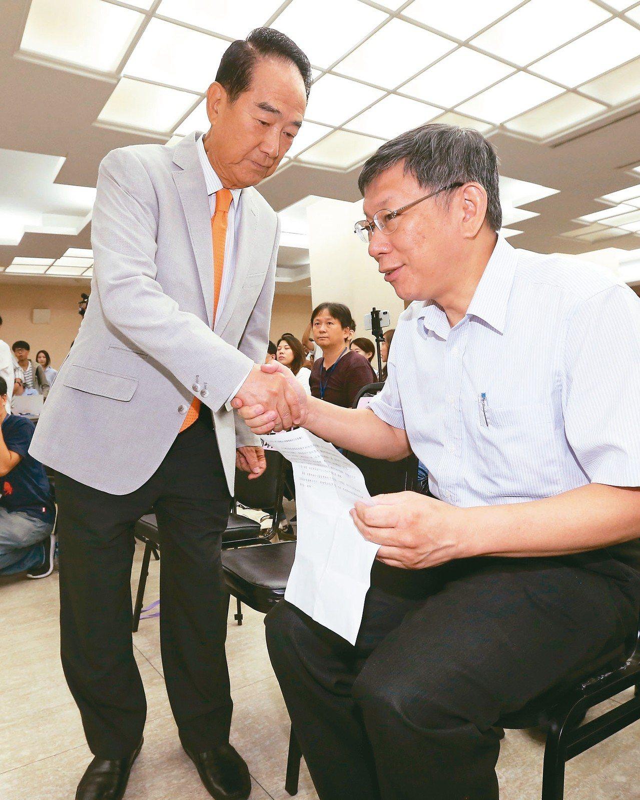 台北市長柯文哲(右)上午與親民黨主席宋楚瑜(左)會面,兩人同台一起為市議員參選人...