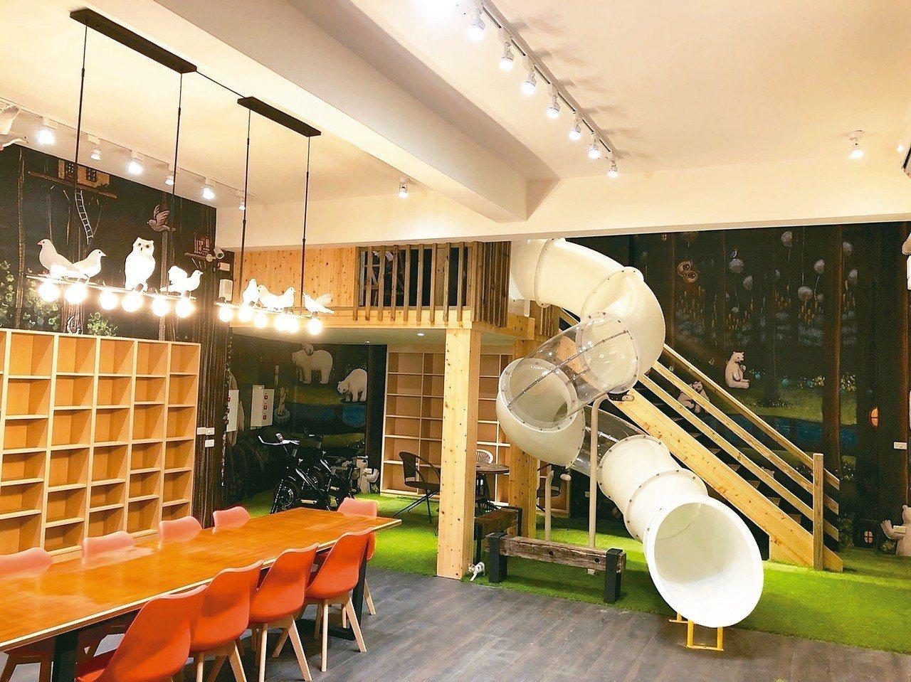 經過設計及整修,陳樹菊圖書館二樓變身為「學校星巴克」。 圖/黃明展提供