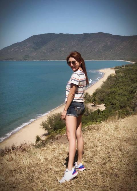 佩甄近來與老公、小孩到澳洲度假,不時會在社群上分享旅遊美照,更在風光明媚的海灘展現比基尼泳裝照,讓網友大讚她是辣媽。佩甄19日在臉書上曬出她的泳裝側面照,穿著比基尼的她站在海灘上享受海水,還直呼「姐...