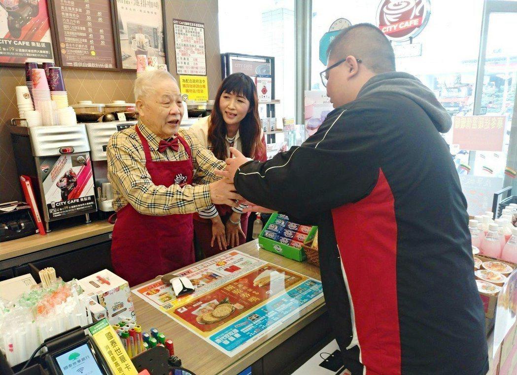 阿郎爺爺(前左)到超商實習後,變得外向又有自信,還會跟客人說:「我泡的咖啡很好喝...