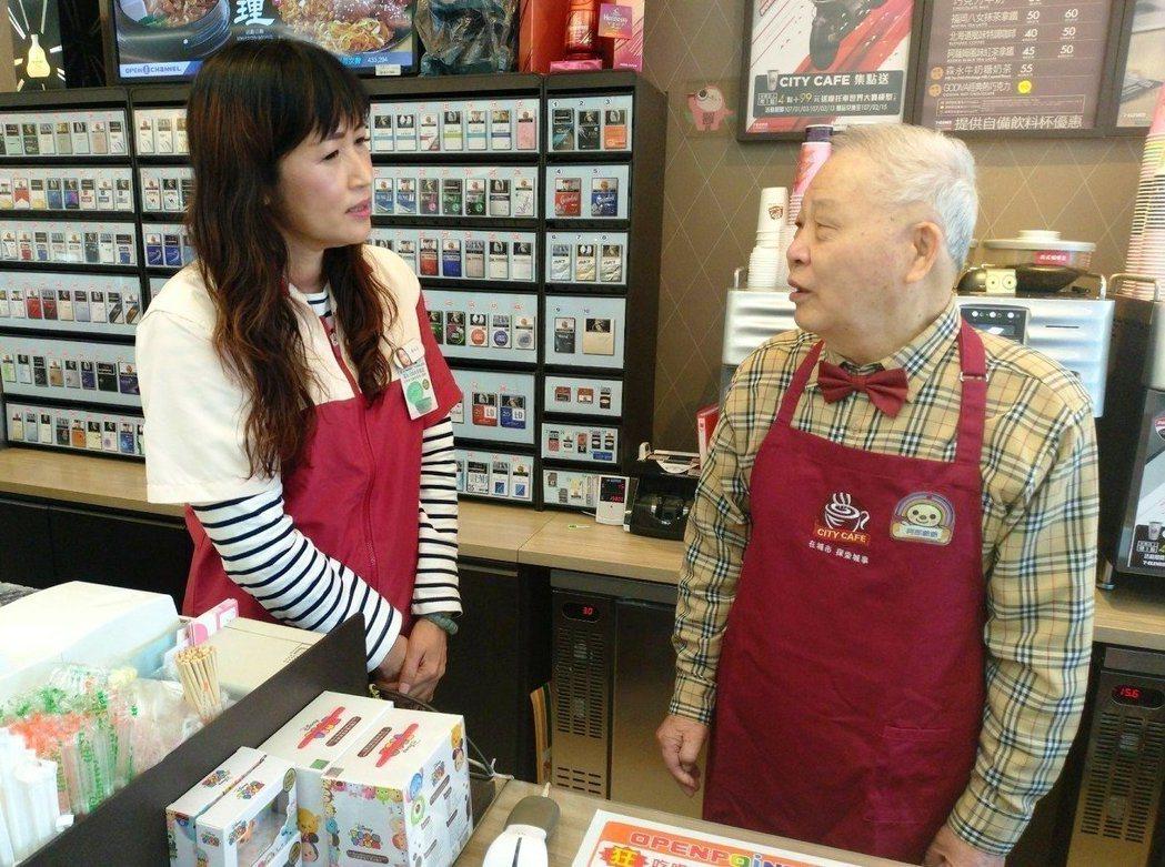 阿郎爺爺(右)今年初參加「幾點了咖啡館」實習生行列。圖/楊東學提供